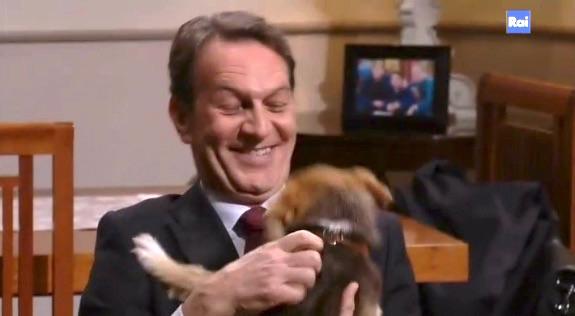 Roberto Ferri in compagnia del cane Pipita - Un posto al sole