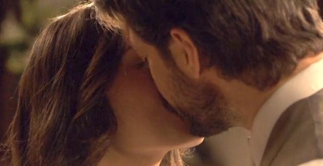 Aurora e Lucas, bacio a Il segreto