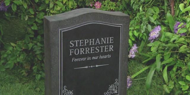 Sulla tomba di Stephanie, RIDGE stupisce BROOKE (Beautiful)