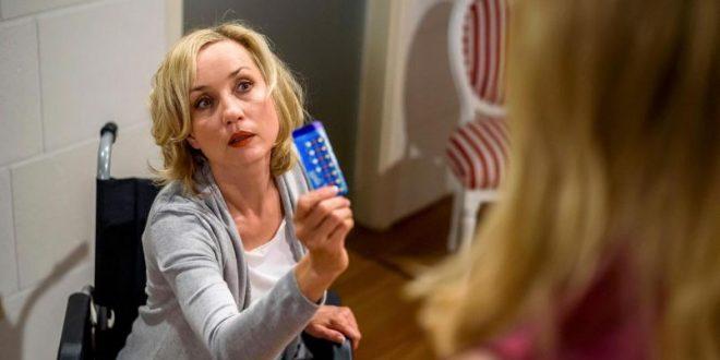 Beatrice manipola le pillole di Desiree, Tempesta d'amore © ARD Christof Arnold