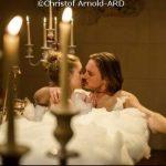 Tempesta d'amore, anticipazioni puntate tedesche: Ella pronta a infrangere il voto di castità per William… che deve baciare Rebecca!