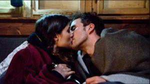 Clara e Adrian si baciano nella baita, Tempesta d'amore © ARD/Christof Arnold