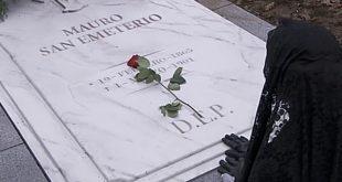 Teresa sulla tomba di Mauro | Una vita