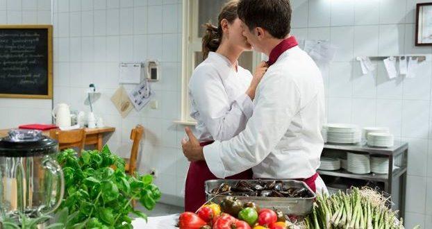 Tina bacia Robert, Tempesta d'amore © ARD Christof Arnold