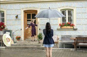 Linda mostra a Denise un vecchio panificio, Tempesta d'amore © ARD Christof Arnold