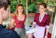Lucy e Franzi danno a Paul la lettera d'addio di Romy, Tempesta d'amore © ARD Christof Arnold