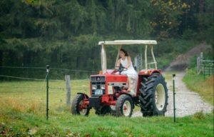 Jessica va in trattore al proprio matrimonio, Tempesta d'amore © ARD Ralf Wilschewski