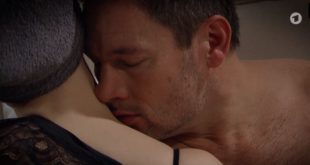 Christoph con una donna misteriosa, Tempesta d'amore © ARD (Screenshot)