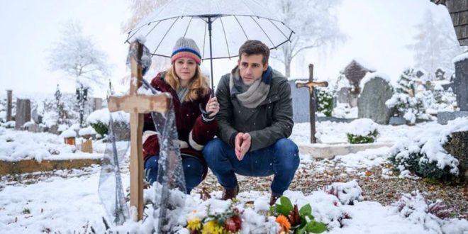 Lucy e Paul sulla tomba di Romy, Tempesta d'amore © ARD Christof Arnold