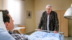 Andre visita Dirk in ospedale, Tempesta d'amore © ARD Christof Arnold