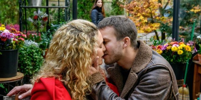 Franzi e Tim si baciano davanti a Nadja, Tempesta d'amore © ARD Christof Arnold