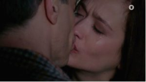 Bacio d'addio tra Eva e Robert, Tempesta d'amore © ARD Screenshot