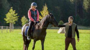 Tim dà lezioni di equitazione a Franzi, Tempesta d'amore © Screenshot