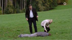 Christoph e Annabelle esaminano il corpo del dottor Borg, Tempesta d'amore © ARD Screenshot