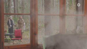 Hildegard e Ariane vedono Christoph nella baita in fiamma, Tempesta d'amore © ARD Screenshot