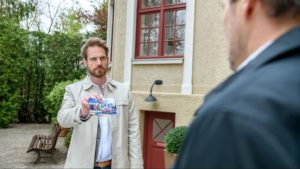 Leonard mostra a Christoph una foto sorprendente,Tempesta d'amore © ARD Christof Arnold