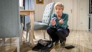 Linda fa una scoperta interessante nella borsa di Ariane, Tempesta d'amore © ARD Christof Arnold
