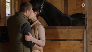 Nadja seduce Tim nelle stalle, Tempesta d'amore © ARD Screenshot