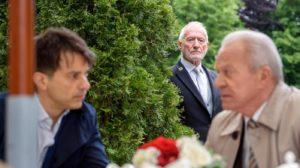 Alfons ascolta Werner e Robert parlare di lui, Tempesta d'amore © ARD Christof Arnold