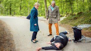 Andre fa cadere Dirk davanti a Linda, Tempesta d'amore © ARD Christof Arnold