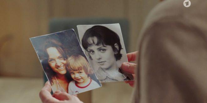 Ariane osserva le foto di sua madre Isabel, Tempesta d'amore © ARD Screenshot