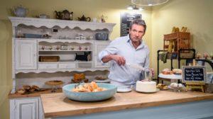 Christoph lavora nella pasticceria di Linda, Tempesta d'amore © ARD Christof Arnold
