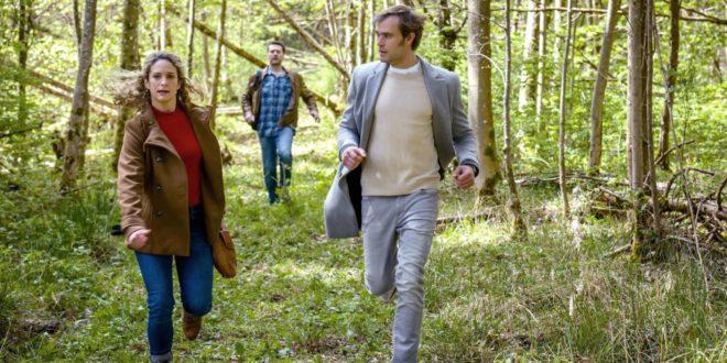 Franzi e Steffen fuggono da uno sconosciuto, Tempesta d'amore © ARD Christof Arnold
