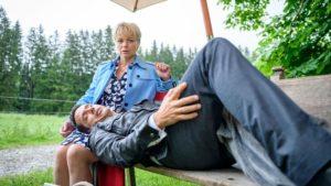 Linda si accorge che Dirk muove le gambe nel sonno, Tempesta d'amore © ARD Christof Arnold