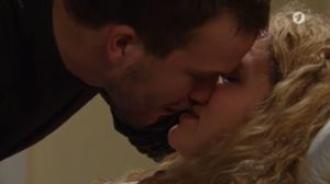 Tim bacia Franzi in ospedale, Tempesta d'amore © ARD Screenshot