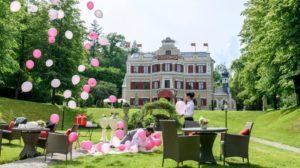 Vanessa osserva Robert mentre cerca di fermare i palloncini, Tempesta d'amore © ARD Christof Arnold