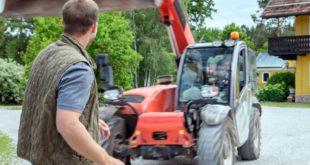 Franzi cerca di investire Tim con una scavatrice, Tempesta d'amore © ARD Christof Arnold