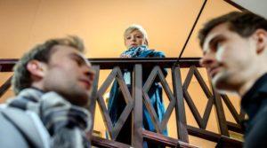 Linda ascolta una conversazione tra Steffen e Paul, Tempesta d'amore © ARD Christof Arnold