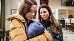 Nadja vede Eva con il piccolo Emilio, Tempesta d'amore © ARD Christof Arnold