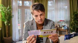 Robert guarda i risultati del test per il gruppo sanguigno di Emilio, Tempesta d'amore © ARD Christof Arnold