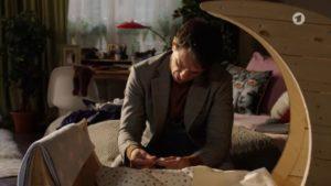 Robert preleva il sangue al piccolo Emilio, Tempesta d'amore © ARD Screenshot