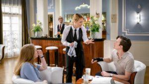 Rosalie interviene nella conversazione tra Lucy e Joell, Tempesta d'amore © ARD Christof Arnold