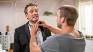Tim aiuta Christoph a prepararsi alla serata con Selina, Tempesta d'amore © ARD Christof Arnold