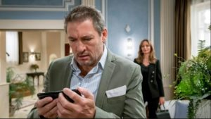 Christoph riceve una terribile notizia mentre Ariane lo osserva, Tempesta d'amore © ARD Christof Arnold