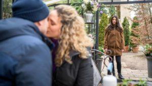 Nadja vede Franzi baciare Boris e capisce che si tratta di Tim, Tempesta d'amore © ARD Christof Arnold