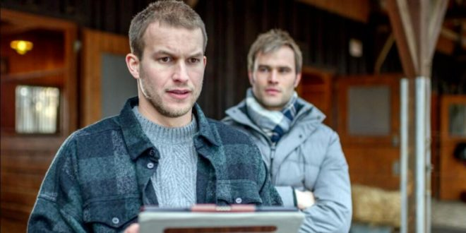 Steffen mostra a Tim le prove dell'innocenza di Franzi, Tempesta d'amore © ARD Christof Arnold