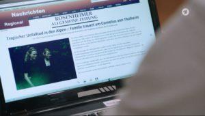 Erik legge un articolo sulla presunta morte di Cornelius von Thalheim, il padre di Maja, Tempesta d'amore © ARD (Screenshot)