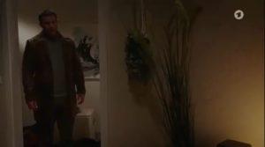 Tim vede Steffen e Franzi a letto insieme, Tempesta d'amore © ARD Screenshot