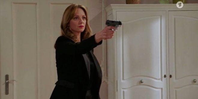 Ariane minaccia Christoph con una pistola 2, Tempesta d'amore © ARD (Screenshot)