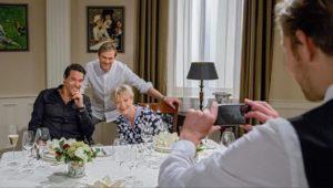 Dirk, Steffen e Linda fanno una foto di famiglia, Tempesta d'amore © ARD Christof Arnold