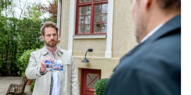 Leonard mostra a Christoph la foto con Schulz nell'auto di Friedrich,Tempesta d'amore © ARD/Christof Arnold