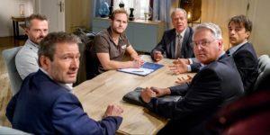 Maja non riesce ad impedire che Florian firmi l'accordo con Erik ed i Saalfeld, Tempesta d'amore © ARD Christof Arnold