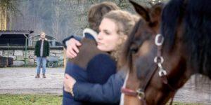 Florian vede Maja abbracciare Cornelius, Tempesta d'amore © ARD Christof Arnold