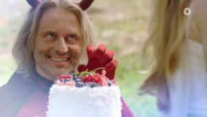 Michael aiuta Rosalie con la campagna pubblicitaria delle torte, Tempesta d'amore © ARD (Screenshot)