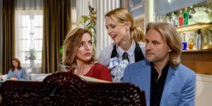 Rosalie interrompe la lezione di piano di Michael e Cornelia, Tempesta d'amore © ARD Christof Arnold