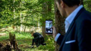 Christoph vede Ariane scavare nel bosco, Tempesta d'amore © ARD Christof Arnold